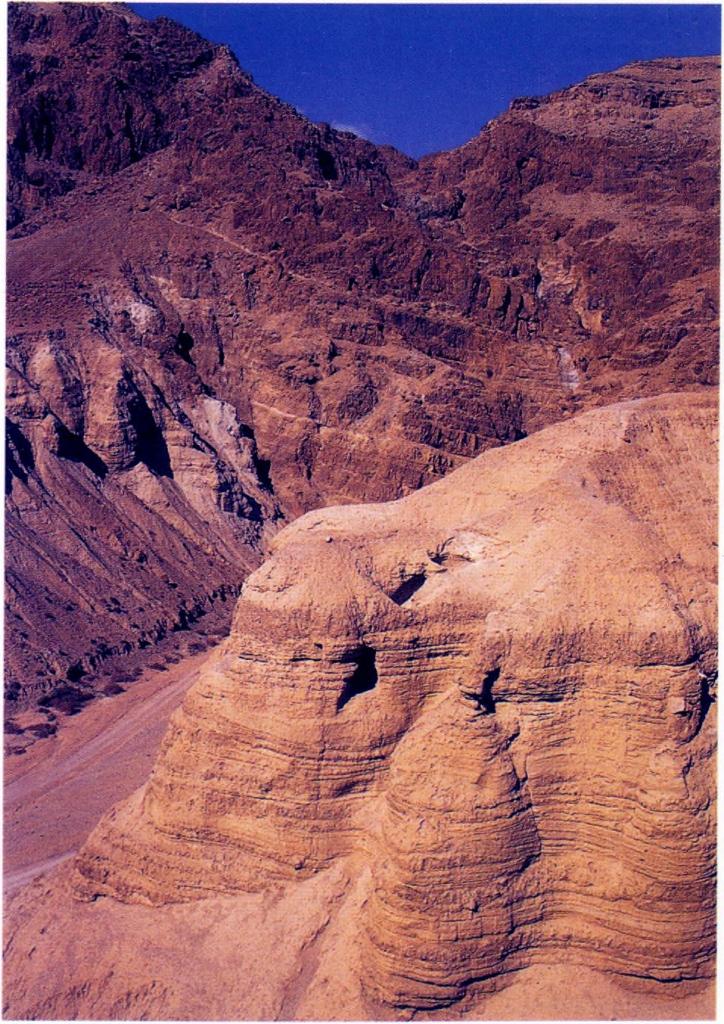 Rytų Kumrano uolose pilna urvų